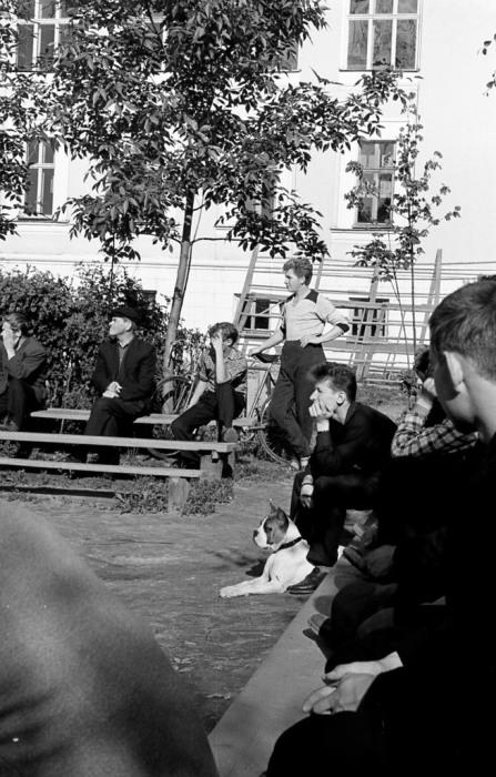 Болельщики во время уличного матча. СССР, Ярославль, 1960-е годы.