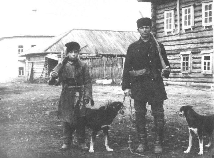 Перед охотой, отец с сыном. Вятская губерния, Глазовский удел, 1907 год.