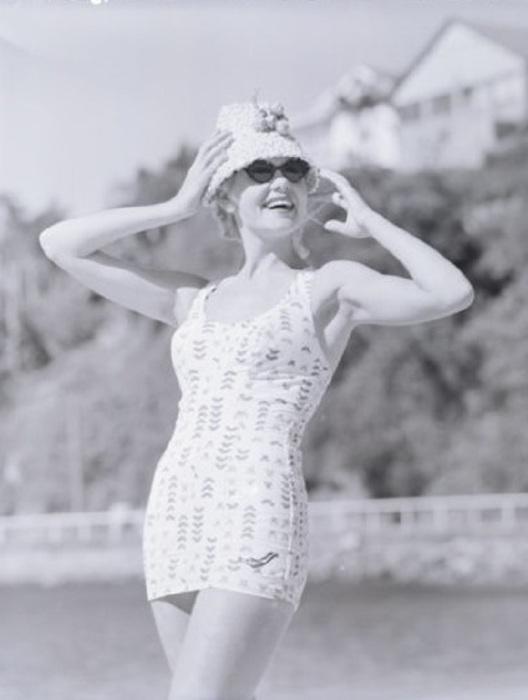 Женщина в модном купальнике. 1960-е годы.