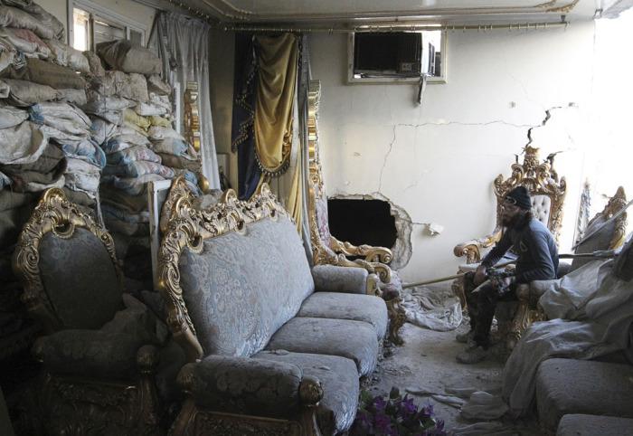 Боевики Свободной Сирийской армии внутри комнаты для отдыха в разрушенном здании. Старый город Алеппо, 19 февраля 2014 года.