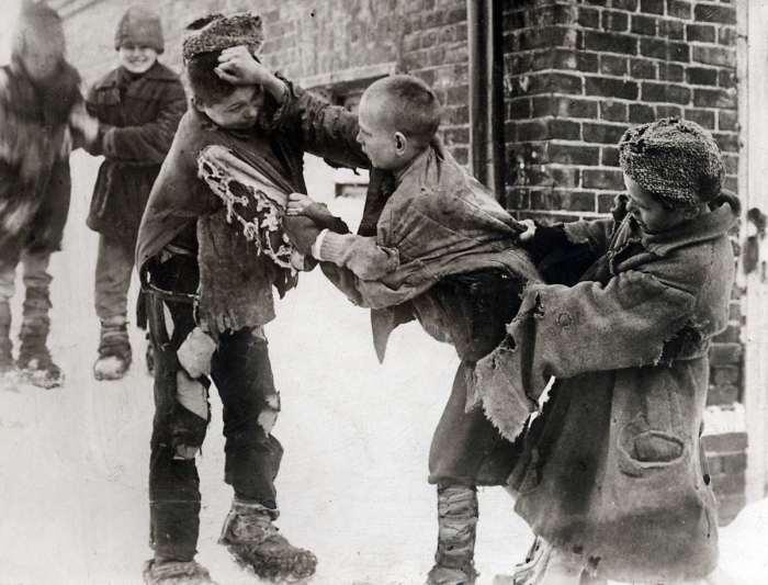 Драка между тремя беспризорниками. СССР, 1922 год.
