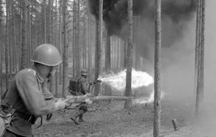 Использование огнемета во время боевых действий в лесу, 1 июля 1942 года.