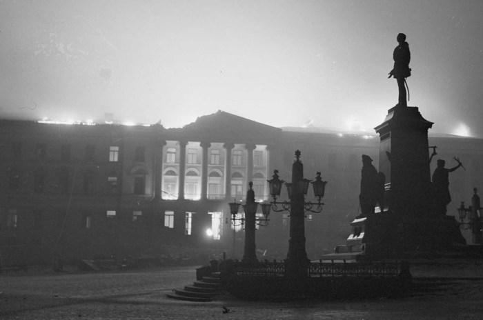 Главное здание Университета Хельсинки на Сенатской площади, которое горело в течение ночи.
