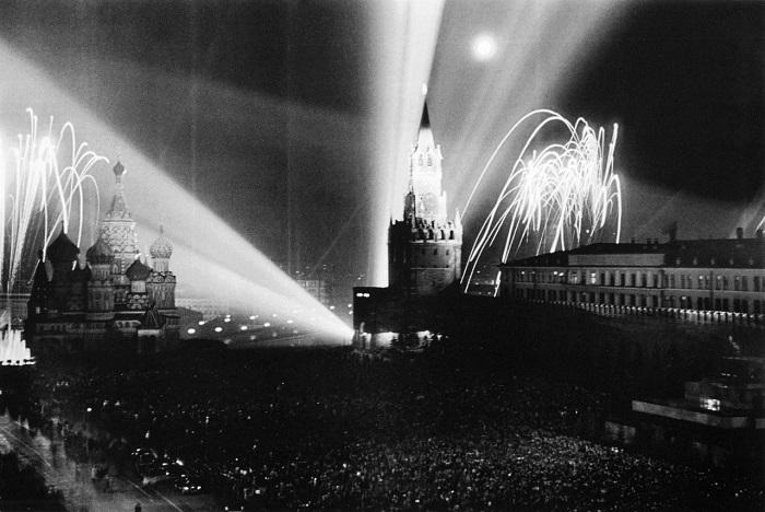 Праздничный салют на Красной площади. Город Москва, 9 мая 1945 год.