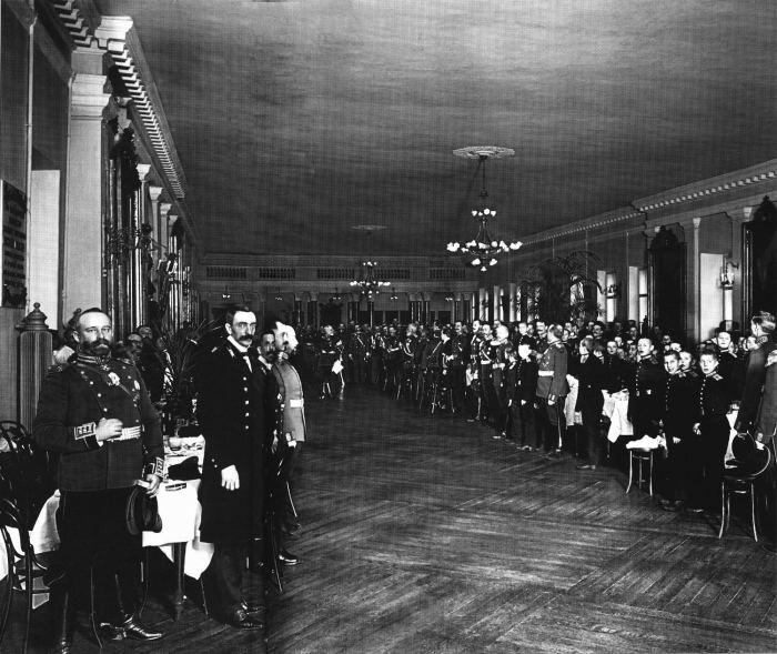 Бывшие выпускники 2-го кадетского корпуса и кадеты на обеде по случаю 200-летнего юбилея. Россия, 1912 год.