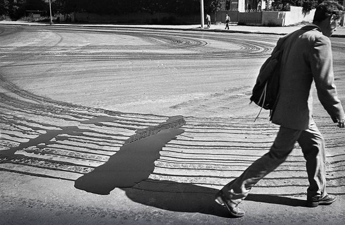 Тень и уличная фотография неразделимые, так как они блестяще дополняют друг друга. Автор фотографии: Evgeny Kanaev.
