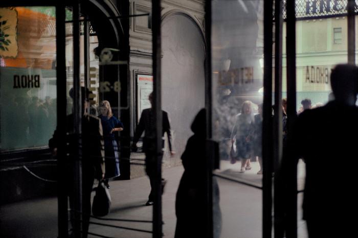 Вход в Государственный универсальный магазин. СССР, Москва, 1989 год. Автор фотографии: Harry Gruyer.