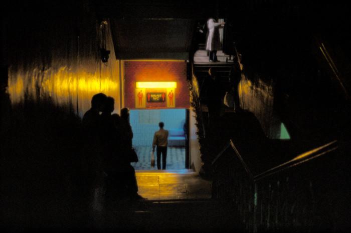 «Место для раздумий» в Государственном универсальном магазине. СССР, Москва, 1986 год. Автор фотографии: Harry Gruyer.