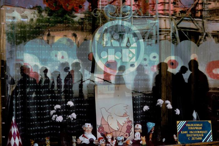 Кафе, которое обслуживает посетителей с детьми. СССР, Москва, 1989 год. Автор фотографии: Harry Gruyer.