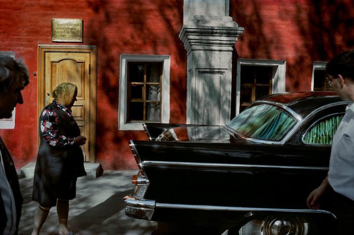 Раритетный автомобиль, который вызывает удивление и восхищение у прохожих. СССР, Москва, 1989 год. Автор фотографии: Harry Gruyer.