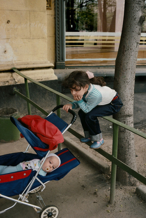 Старшая сестра заботится о младшем брате. СССР, Москва, 1989 год. Автор фотографии: Harry Gruyer.