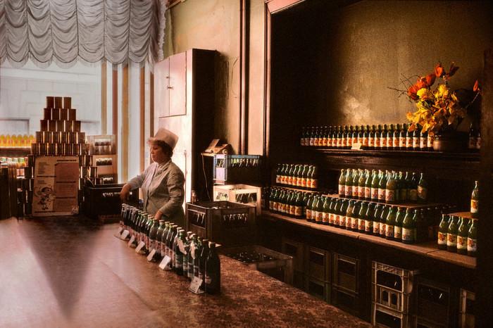 В СССР продажа алкоголя строго регламентировалась работой продовольственных магазинов. СССР, Москва, 1989 год. Автор фотографии: Harry Gruyer.