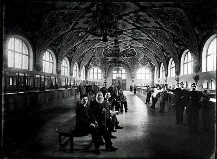 В операционном зале Государственного банка в 1913 год.