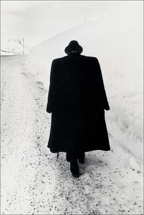 Человек идущий по снегу. Австрия, 1974 год.