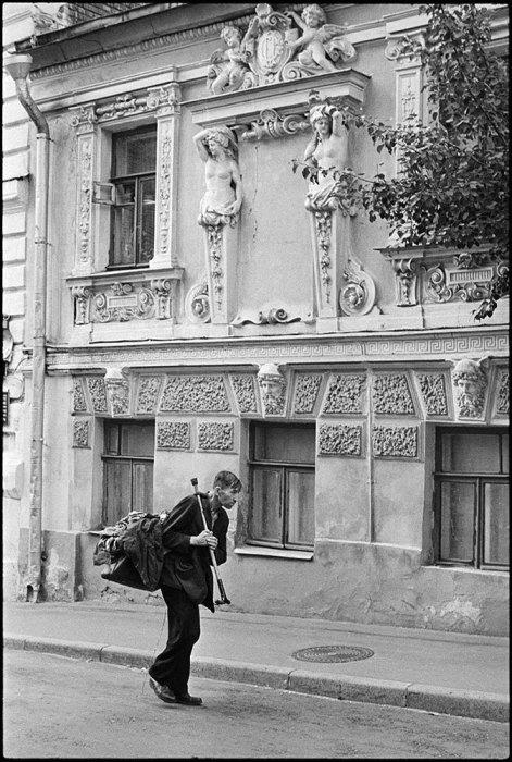 Пожилой человек без определённого места жительства. СССР, Москва, 1970-е годы.