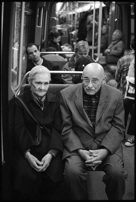 Оскар Рабин с женой Валентиной в метро. Франция, Париж, 2006 год.