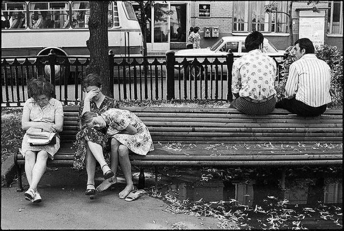 Студенты, отдыхающие в паре на лавочке. СССР, Москва, 1970-е годы.