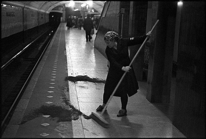 Плановая уборка станции метро. СССР, Москва, 1970-е годы.