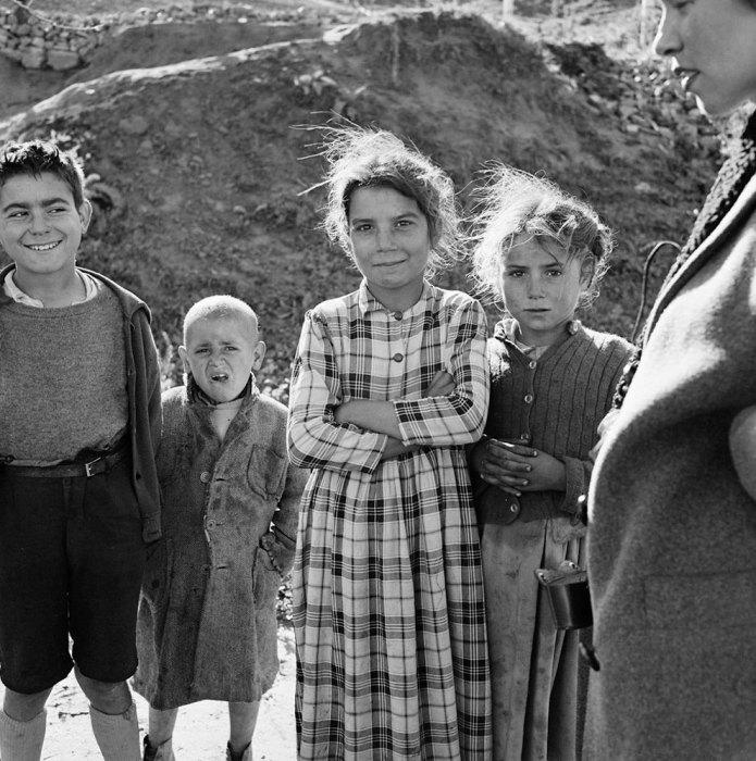 Дети из цыганского табора позируют фотографу. Испания, 1956 год.