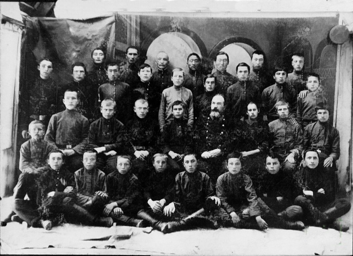 Ученики четвертого класса Пржевальского высшего начального училища.1916 год.