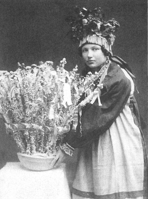 Подруга невесты со свадебным караваем «роща». Калужская губерния, Перемышленский уезд, село Варваренки,  1929 год.