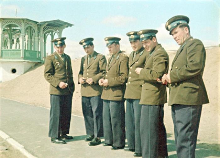 Нелюбов, Быковский,  Гагарин, Николаев, Титов,  Попович перед встречей с членами Государственной комиссии по запуску космического корабля Восток.Байконур, 10 апреля 1961 года.