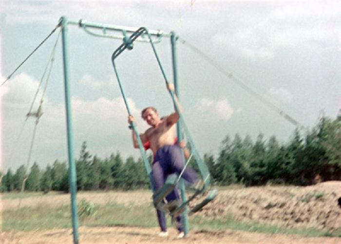 Титов во время тренировки в ЦПК на качелях Хилова. Звездный городок, 1961 год.