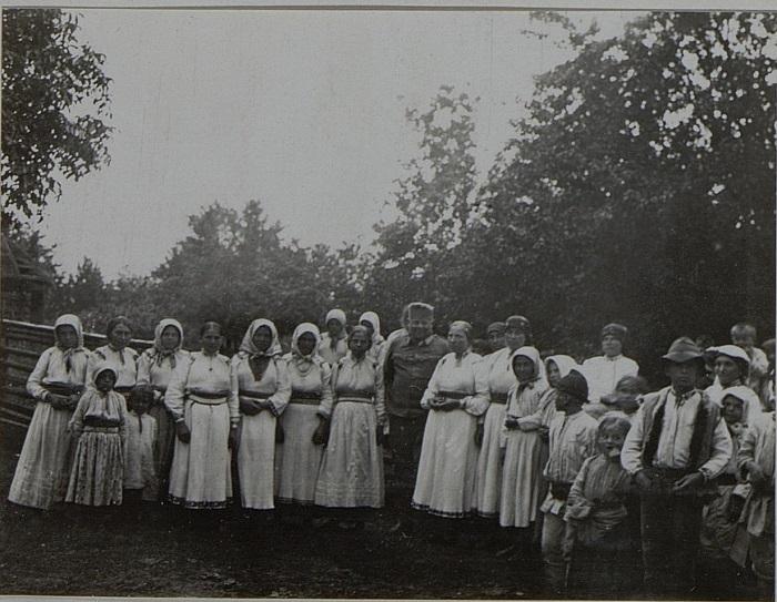 Австрийский полковник с офицерами в кругу крестьянок. Галиция, Февраль 1916