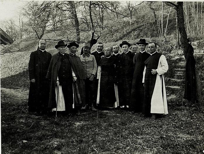 Офицер с монахами в одном из монастырей. Галиция, начало 20 века.