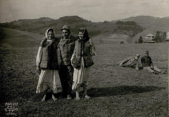 Крестьянки из Лавочной с солдатом. Галиция, начало 20 века.