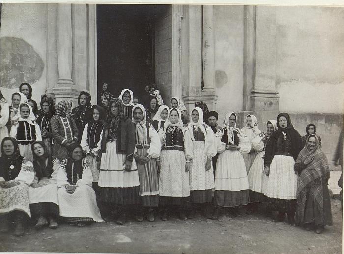 Женщины возле русинской церкви. Галиция, Бережаны, начало 20 века.
