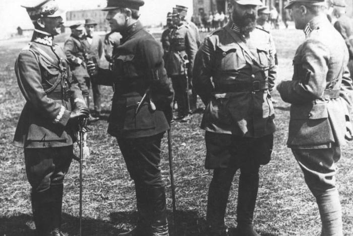 Дивизионный генерал вооружённых сил Речи Посполитой Антони Листовский беседует с атаманом Симоном Петлюрой. 1920 год.