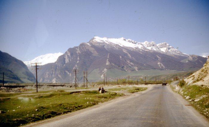 Дорога, пролегающая через горные массивы на территории Грузии.