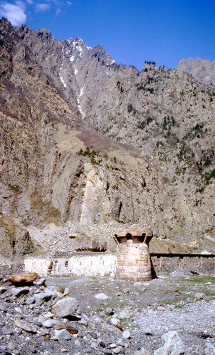Старая крепость, расположенная в горном районе Грузии.