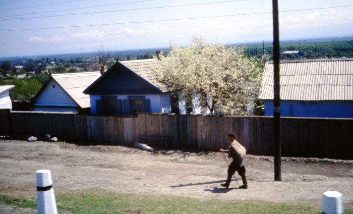 Мужчина, идущий по улице в селе Юца.