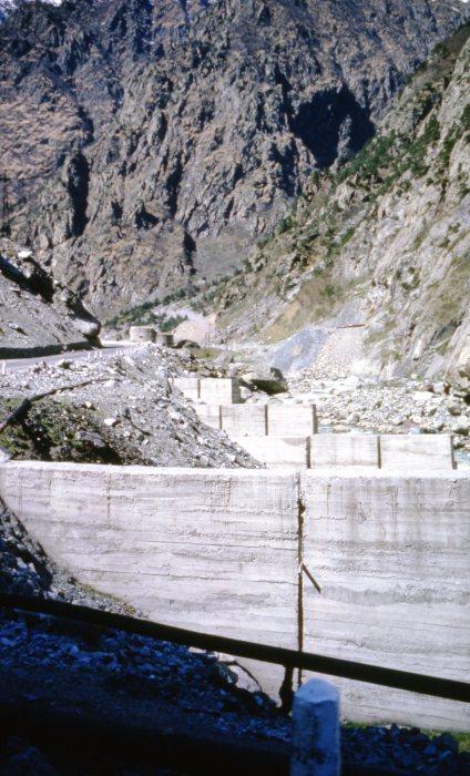 Бетонные блоки, перекрывающие устье пересохшей горной реки.