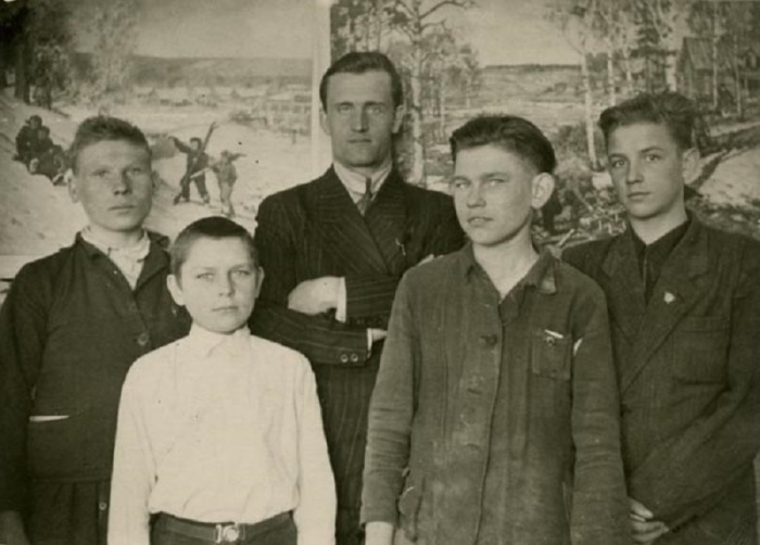 Герман Титов в группе членов литературного кружка семилетней школы. Косихинский район, село Полковниково.