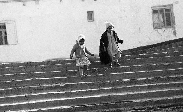 Девочка и мальчик, бегущие по лестнице. СССР, Узбекистан, Бухара, 1984 год.