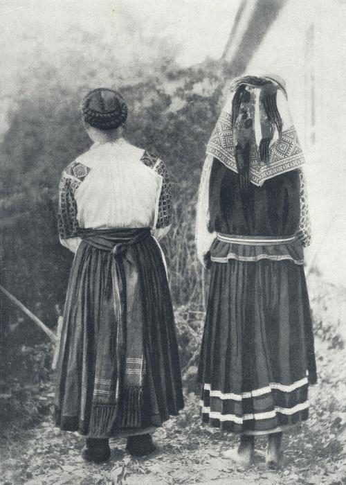 Девушка и женщина в традиционной летней одежде. Село Андреевичи, 1909 год.