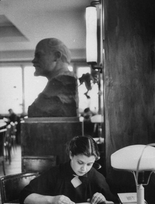 Девушка, читающая научную литературу в библиотеке. СССР, Москва, 1956 год.