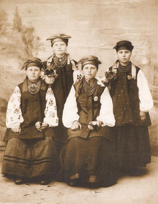 Девчата в народных одеждах. Харьковская область, село Подворки, 1902 год.