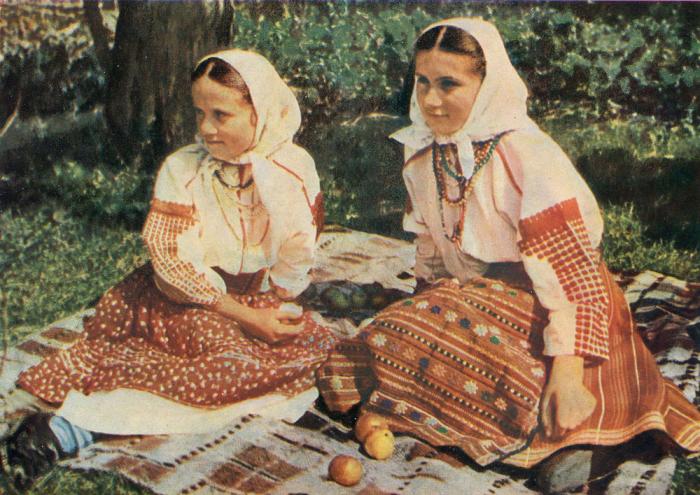 Девушки на природе, в праздничном наряде. Село Копачинцы, Черпелыцкий район, Станиславская область, 50-е годы ХХ века.