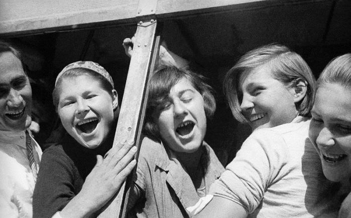 Молодые люди в автобусе. Фото: Max Penson.