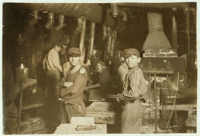 Подростки, работающие на стекольном заводе в августе 1908 года.