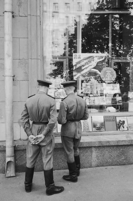 Офицеры, стоящие у витрины магазина Дружба на улице Горького. СССР, Москва, 1961 год.