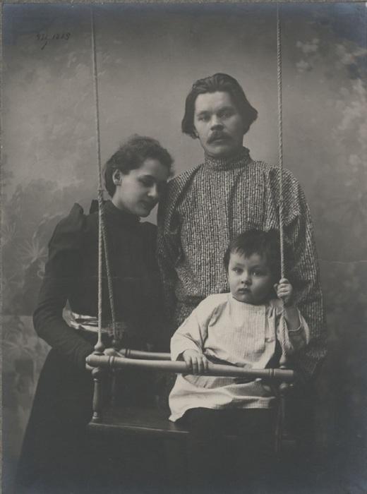 Горький с женой и сыном. Город Нижний Новгород, 1900 год. Фото: M. P. Dmitriev.