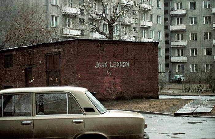 Граффити с надписью Джон Ленон на кирпичной постройке. СССР, Иркутск, 1988 год.
