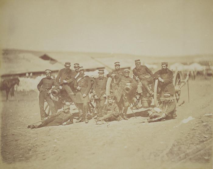 Группа солдат и офицеров возле двух мелкокалиберных орудий. Крым, 1855 год.