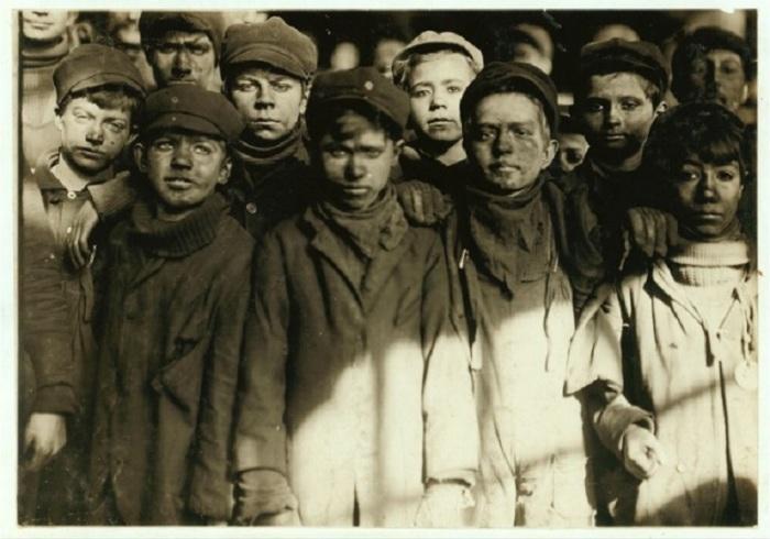 Группа подростков, занимающихся переработкой угля. Январь 1911 года.