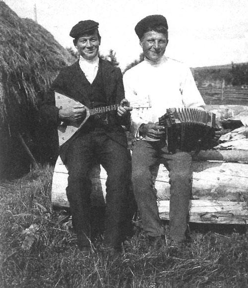 Крестьяне в праздничный день. Пермская губерния, Охановский уезд, деревня Осиновка, 1913 год.